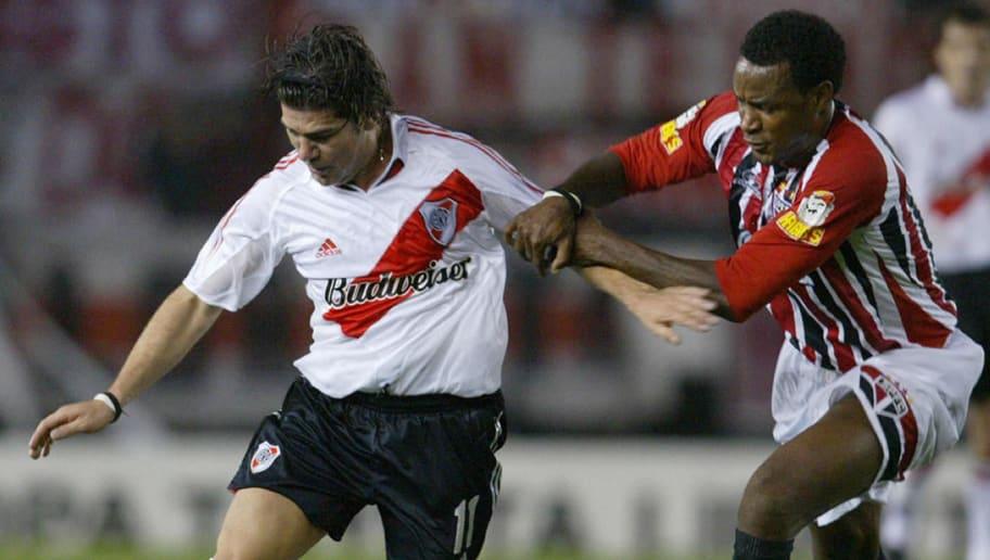 Sao Paulo's Fabao (R) vies for the ball