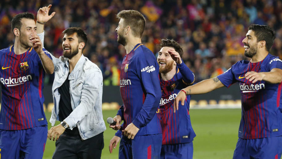 (L-R) Barcelona's Spanish midfielder Sergio Busquets, Barcelona's Portuguese midfielder Andre Gomes, Barcelona's Spanish defender Gerard Pique, Barcelona's Argentinian forward Lionel Messi and Barcelona's Uruguayan forward Luis Suarez celebrate at the end of the Spanish league football match between FC Barcelona and Real Madrid CF at the Camp Nou stadium in Barcelona on May 6, 2018. (Photo by Pau Barrena / AFP)        (Photo credit should read PAU BARRENA/AFP/Getty Images)