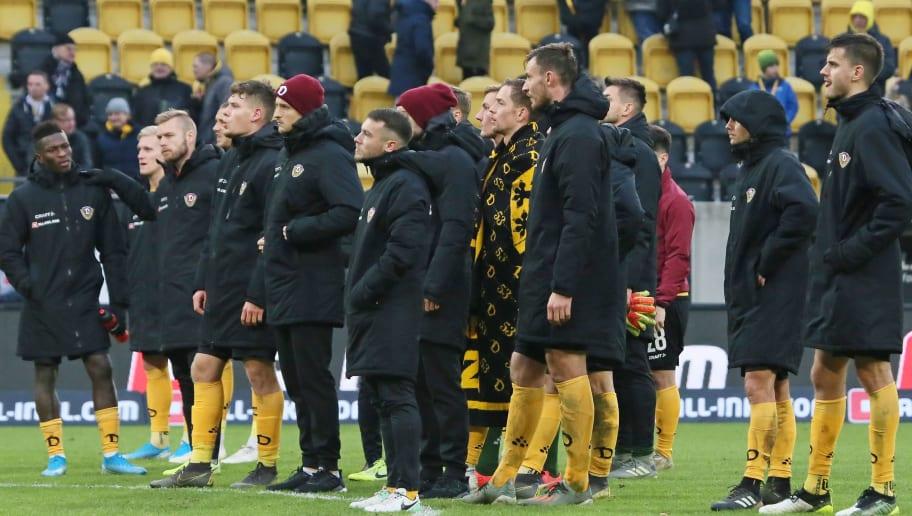 Die Mannschaft stellt sich den Fans (K-Block) nach der Niederlage gegen Kiel