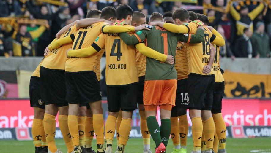 SG Dynamo Dresden bilden einen Team Kreis