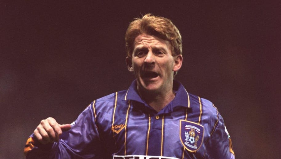 5 DEC 1995:  GORDON STRACHAN OF COVENTRY CITY IN ACTION  DURING THE SHEFFIELD WEDNESDAY V COVENTRY CITY FA PREMIERSHIP MATCH AT HILLSBROUGH, SHEFFIELD. Mandatory Credit: Gary M. Prior/ALLSPORT