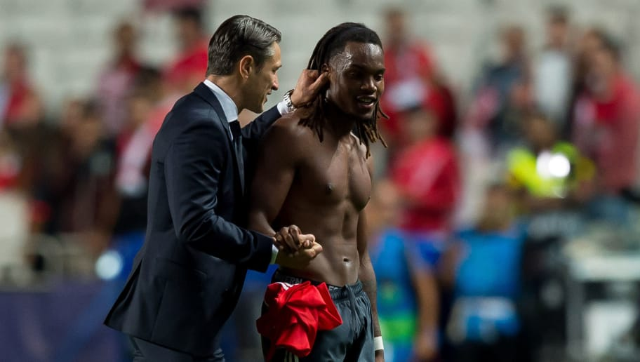 LISBON, PORTUGAL - SEPTEMBER 19: Head coach Niko Kovac of Bayern Muenchen speak with Renato Sanches of Bayern Muenchen during the UEFA Champions League Group E match between SL Benfica and FC Bayern Muenchen at Estadio da Luz on September 19, 2018 in Lisbon, Portugal. (Photo by TF-Images/Getty Images)