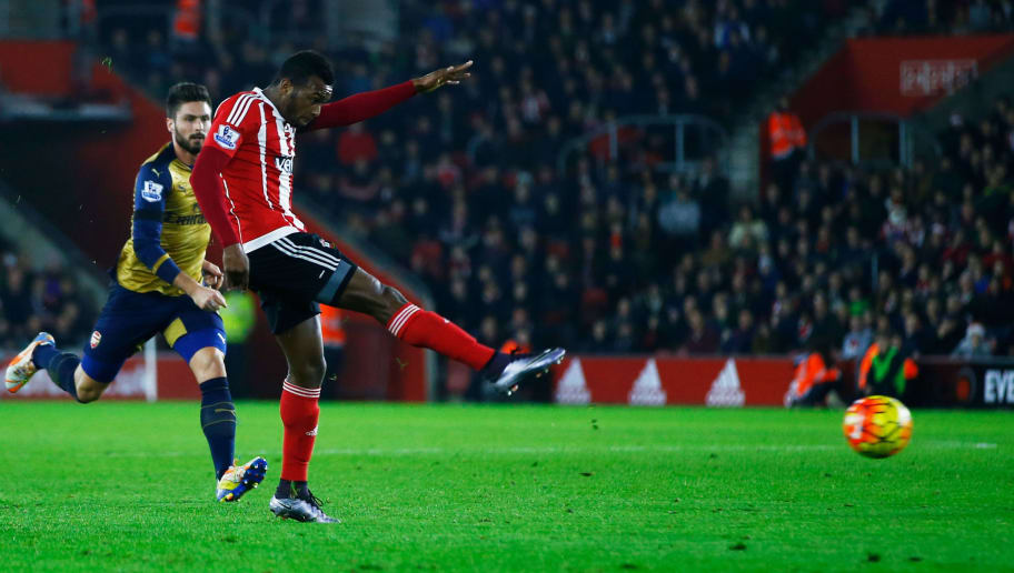 SOUTHAMPTON, ENGLAND - DECEMBER 26:  Cuco Martina of Southampton scores their first goal with a long range shot during the Barclays Premier League match between Southampton and Arsenal at St Mary's Stadium on December 26, 2015 in Southampton, England.  (Photo by Christopher Lee/Getty Images)