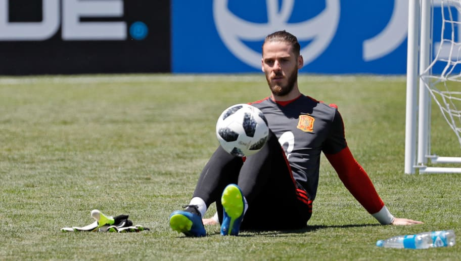 KRASNODAR, RUSSIA - JUNE 11: David De Gea of Spain controls the ball on the ground during a training session on June 11, 2018 in Krasnodar, Russia. (Photo by TF-Images/Getty Images)