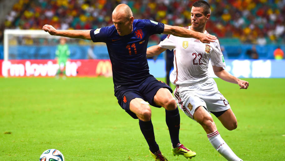 SALVADOR, BRAZIL - JUNE 13:  Wesley Sneijder of Netherlands competes for the ball with Cesar Azpilicueta of Spain during the 2014 FIFA World Cup Brazil Group B match between Spain and Netherlands at Arena Fonte Nova on June 13, 2014 in Salvador, Brazil.  (Photo by David Ramos/Getty Images)