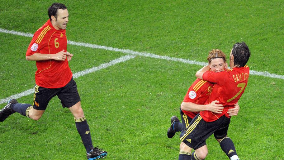 Spanish midfielder Andres Iniesta (L), S