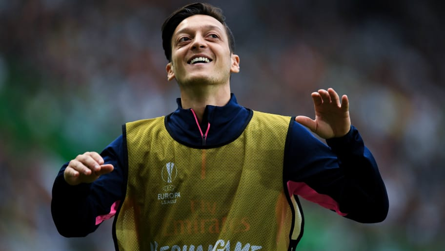 LISBON, PORTUGAL - OCTOBER 25:  Mesut Ozil of Arsenal FC warms up during the UEFA Europa League Group E match between Sporting CP and Arsenal at Estadio Jose Alvalade on October 25, 2018 in Lisbon, Portugal.  (Photo by David Ramos/Getty Images)