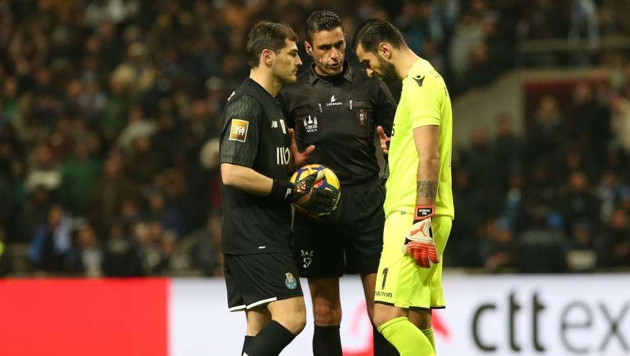 BRAGA, PORTUGAL - JANUARY 24: Referee Nuno Almeida with FC Porto goalkeeper Iker Casillas from Spain and Sporting CP goalkeeper Rui Patricio from Portugal before the penalty shootout during the Taca da Liga Semi Final match between Sporting CP and FC Porto at Estadio Municipal de Braga on January 24, 2018 in Braga, Portugal.  (Photo by Gualter Fatia/Getty Images)