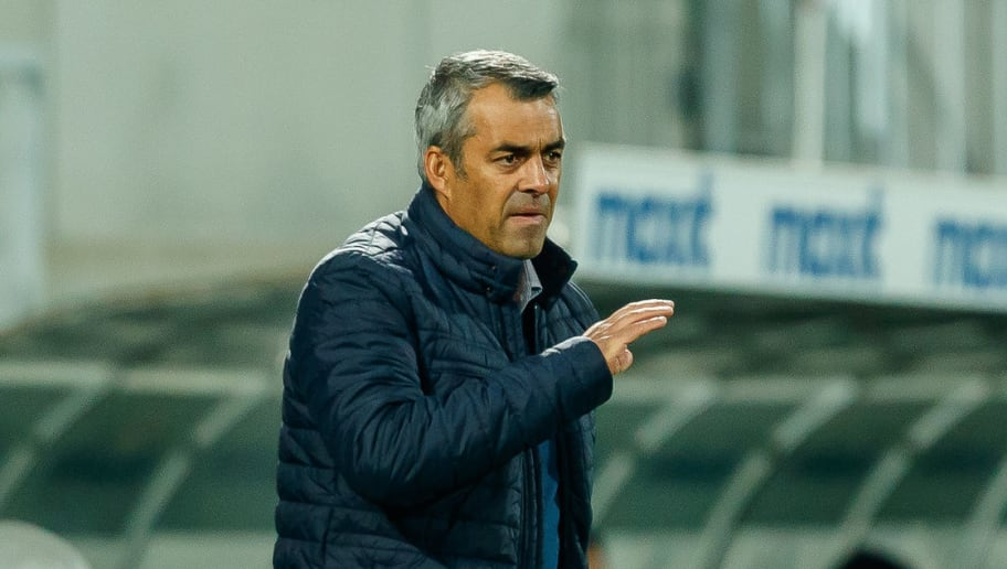 FUERTH, GERMANY - NOVEMBER 02: Head coach Robin Dutt of VfL Bochum gestures during the Second Bundesliga match between SpVgg Greuther Fuerth and VfL Bochum 1848 at Sportpark Ronhof Thomas Sommer on November 2, 2018 in Fuerth, Germany. (Photo by TF-Images/Getty Images)
