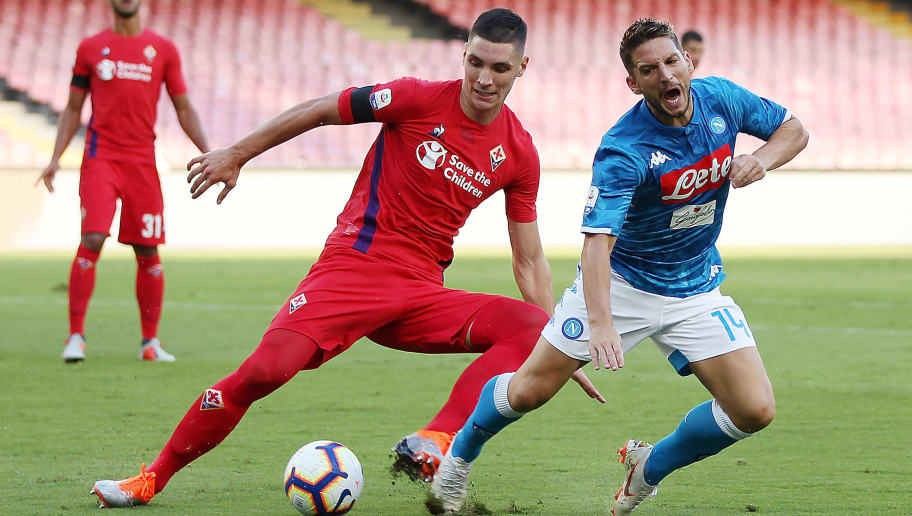 NAPLES, ITALY - SEPTEMBER 15: Dries Mertens of SSC Napoli vies Nikola Milenkovic of ACF Fiorentina during the serie A match between SSC Napoli and ACF Fiorentina at Stadio San Paolo on September 15, 2018 in Naples, Italy.  (Photo by Francesco Pecoraro/Getty Images)