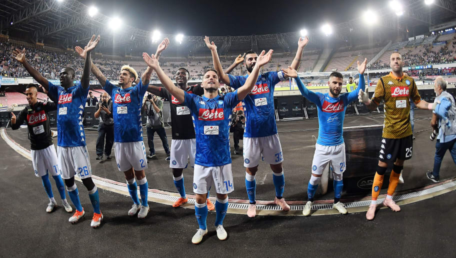 NAPLES, ITALY - OCTOBER 07:  Players of SSC Napoli celebrate the victory after the Serie A match between SSC Napoli and US Sassuolo at Stadio San Paolo on October 7, 2018 in Naples, Italy.  (Photo by Francesco Pecoraro/Getty Images)
