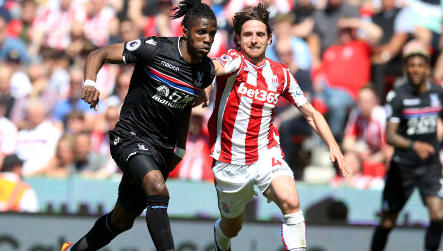 STOKE ON TRENT, ENGLAND - MAY 05:  Wilfried Zaha of Crystal Palace and Joe Allen of Stoke City battle for the ball during the Premier League match between Stoke City and Crystal Palace at Bet365 Stadium on May 5, 2018 in Stoke on Trent, England.  (Photo by Nigel Roddis/Getty Images)