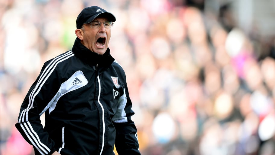 STOKE ON TRENT, ENGLAND - APRIL 27:  Tony Pulis the Stoke manager shouts instructions to his players during the Barclays Premier League match between Stoke City and Norwich City at the Britannia Stadium on April 27, 2013 in Stoke on Trent, England.  (Photo by Laurence Griffiths/Getty Images)