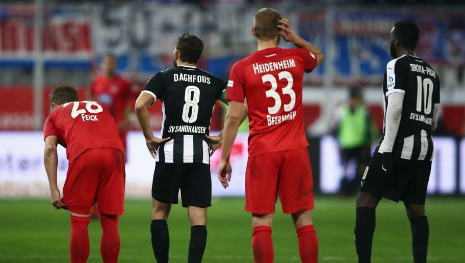 SANDHAUSEN, GERMANY - NOVEMBER 24:  Players wait for a corner during the Second Bundesliga match between SV Sandhausen and 1. FC Heidenheim 1846 at BWT-Stadion am Hardtwald on November 24, 2017 in Sandhausen, Germany.  (Photo by Alex Grimm/Bongarts/Getty Images)