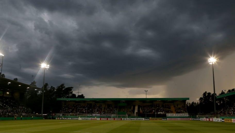 Dunkle Wolken ueber dem Stadion