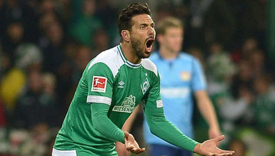 BREMEN, GERMANY - OCTOBER 28: Claudio Pizarro of Werder Bremen celebrates after scoring his team`s first goal with team mates during the Bundesliga match between SV Werder Bremen and Bayer 04 Leverkusen at Weserstadion on October 28, 2018 in Bremen, Germany. (Photo by TF-Images/Getty Images)