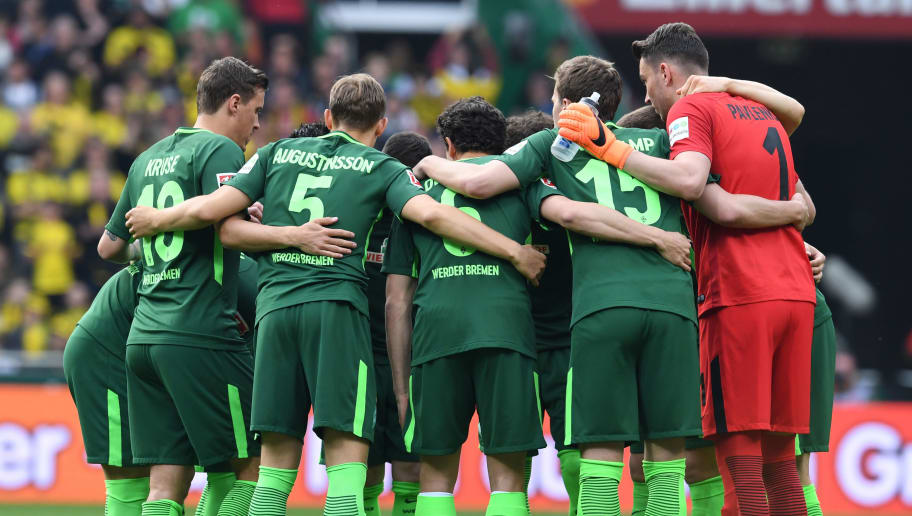 BREMEN, GERMANY - APRIL 29: Werder Bremen players huddle prior to the Bundesliga match between SV Werder Bremen and Borussia Dortmund at Weserstadion on April 29, 2018 in Bremen, Germany. (Photo by Etsuo Hara/Getty Images)