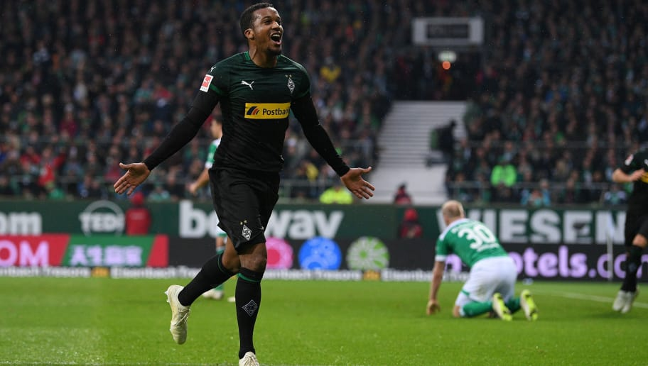 BREMEN, GERMANY - NOVEMBER 10: Alassane Plea of  Borussia Moenchengladbach celebrates with after scoring their first goal during during the Bundesliga match between SV Werder Bremen and Borussia Moenchengladbach at Weserstadion on November 10, 2018 in Bremen, Germany. (Photo by Oliver Hardt/Bongarts/Getty Images)