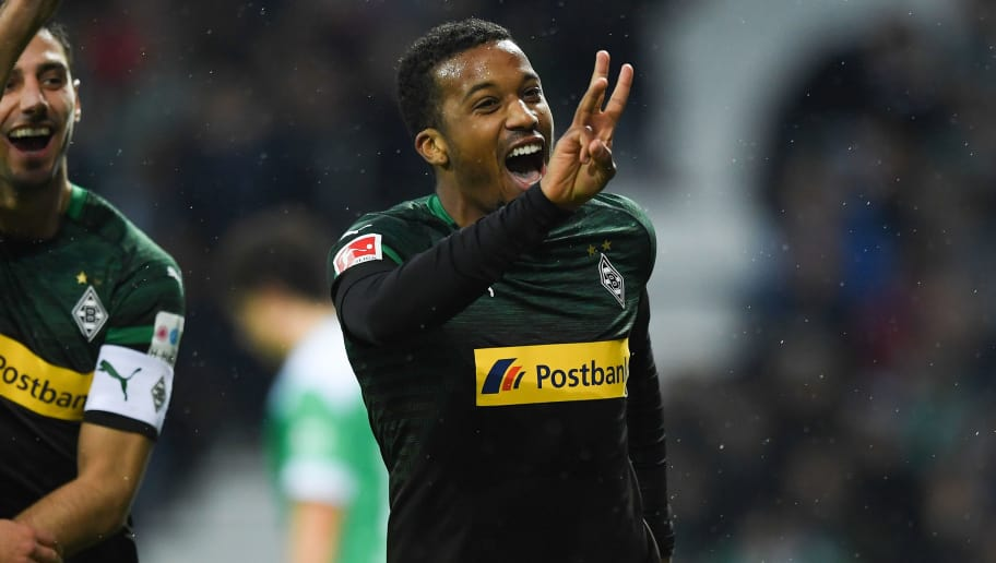 BREMEN, GERMANY - NOVEMBER 10: Alassane Plea of  Borussia Moenchengladbach celebrates after scoring his team's third goal the Bundesliga match between SV Werder Bremen and Borussia Moenchengladbach at Weserstadion on November 10, 2018 in Bremen, Germany. (Photo by Oliver Hardt/Bongarts/Getty Images)