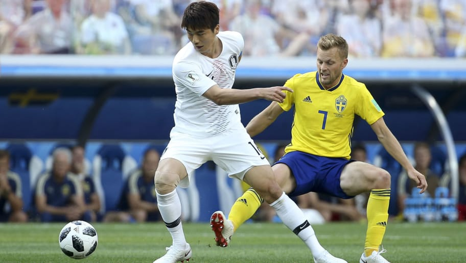 NIZHNIY NOVGOROD, RUSSIA - JUNE 18: Ki Sung-yueng of South Korea, Sebastian Larsson of Sweden during the 2018 FIFA World Cup Russia group F match between Sweden and Korea Republic at Nizhniy Novgorod Stadium on June 18, 2018 in Nizhniy Novgorod, Russia. (Photo by Jean Catuffe/Getty Images)