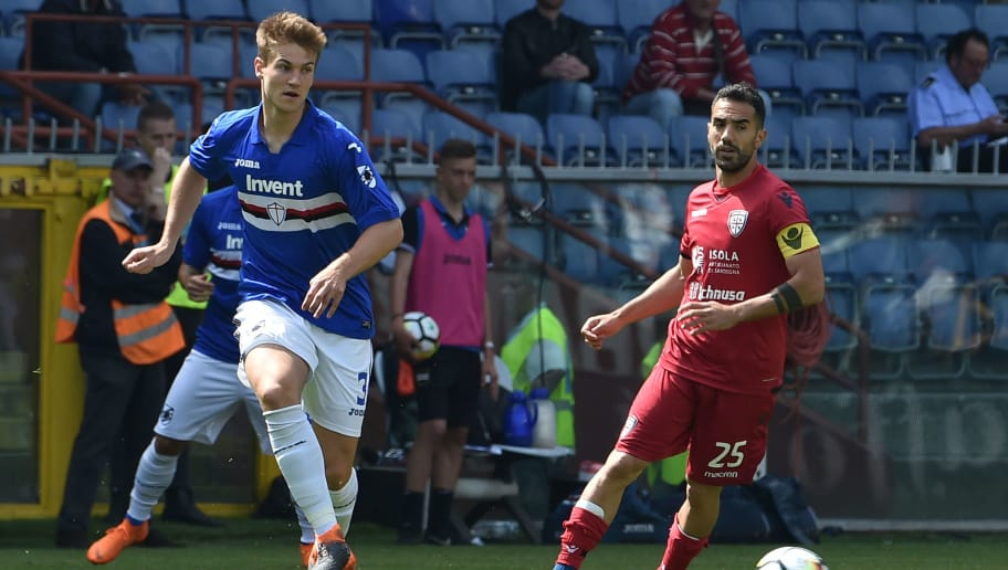 GENOA, GE - APRIL 29:  Joachim Andersen of Sampdoria and Marco Sau of Cagliari in action during the serie A match between UC Sampdoria and Cagliari Calcio at Stadio Luigi Ferraris on April 29, 2018 in Genoa, Italy.  (Photo by Paolo Rattini/Getty Images)