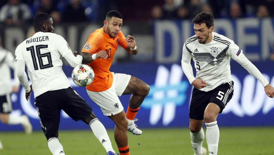 (l-r) Antonio Rudiger of Germany, Memphis Depay of Holland, Mats Hummels of Germany during the UEFA Nations League A group 1 qualifying match between Germany and The Netherlands at the Veltins Arena on November 19, 2018 in Gelsenkirchen, Germany(Photo by VI Images via Getty Images)