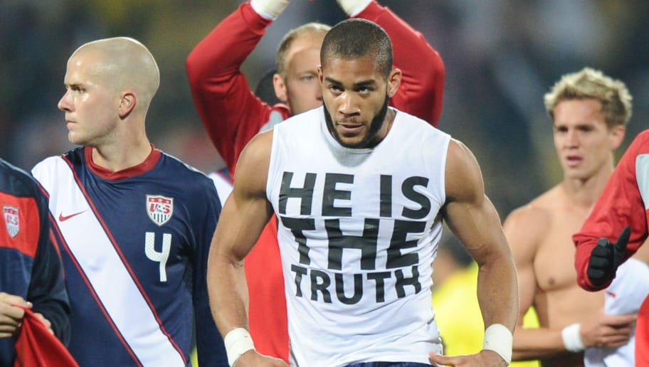US defender Oguchi Onyewu (C) displays h