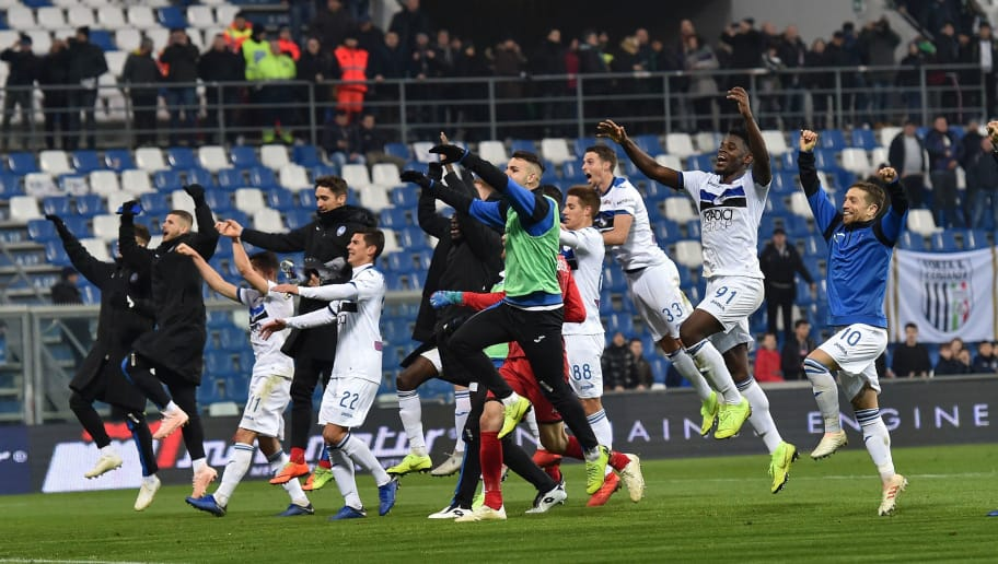 REGGIO NELL'EMILIA, ITALY - DECEMBER 29:  Players of Atalanta BC celebrate the victory after the Serie A match between US Sassuolo and Atalanta BC at Mapei Stadium - Citta' del Tricolore on December 29, 2018 in Reggio nell'Emilia, Italy.  (Photo by Giuseppe Bellini/Getty Images)