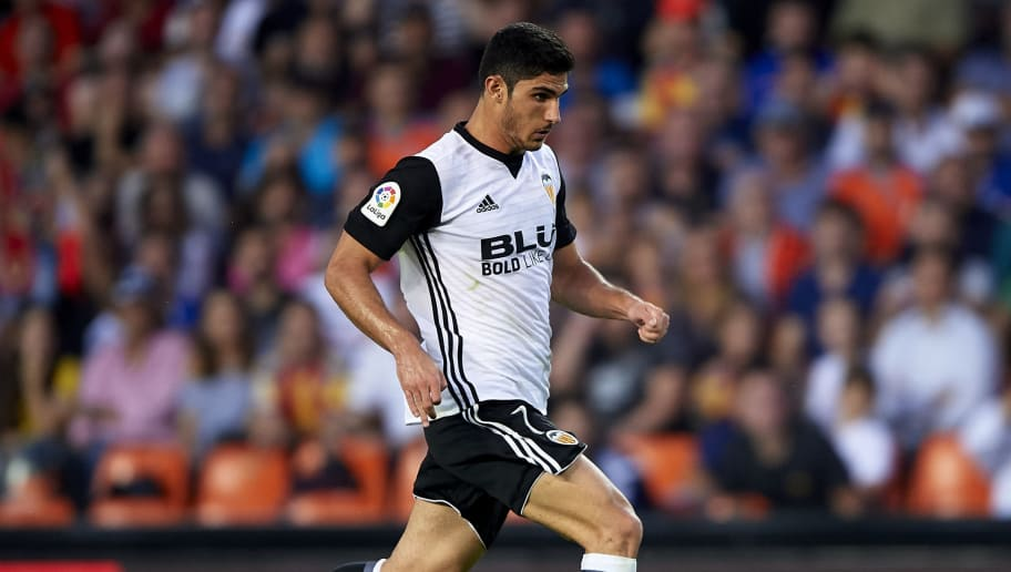 VALENCIA, SPAIN - OCTOBER 21:  Goncalo Guedes of Valencia runs with the ball during the La Liga match between Valencia and Sevilla at Estadio Mestalla on October 21, 2017 in Valencia, Spain.  (Photo by Manuel Queimadelos Alonso/Getty Images)