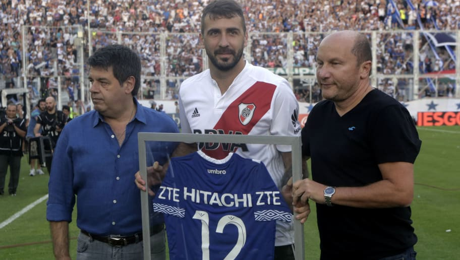 BUENOS AIRES, ARGENTINA - FEBRUARY 24: Lucas Pratto of River Plate receives a jersey from Velez Sarsfield prior a match between Velez Sarsfield and River Plate as part of the Superliga 2017/18 at Jose Amalfitani Stadium on February 24, 2018 in Buenos Aires, Argentina.  (Photo by Daniel Jayo/Getty Images)