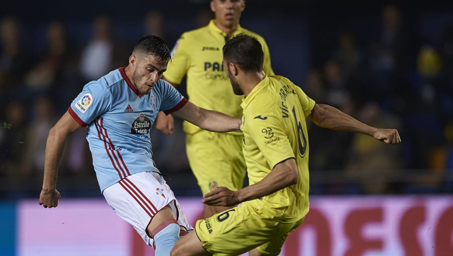VILLARREAL, SPAIN - APRIL 28:  Victor Ruiz (R) of Villarreal competes for the ball with Maxi Gomez (L) of Celta de Vigo during the La Liga match between Villarreal and Celta de Vigo at Estadio de la Ceramica on April 28, 2018 in Villarreal, Spain.  (Photo by Quality Sport Images/Getty Images)