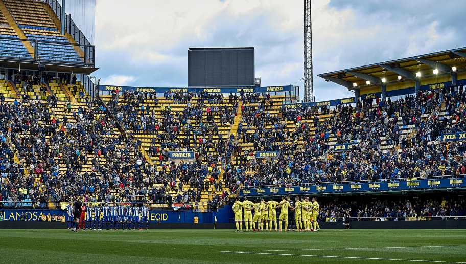VILLARREAL, SPAIN - FEBRUARY 10:  Fans, officials and players take part in a minute of silence in tribute to Nacho Barbera prior the La Liga match between Villarreal and Deportivo Alaves at Estadio de la Ceramica on February 10, 2018 in Villarreal, Spain.  (Photo by Quality Sport Images/Getty Images)