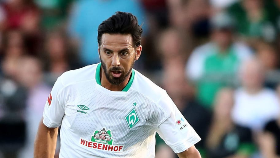 LOHNE BEI VECHTA, GERMANY - JULY 30: Claudio Pizarro of Bremen runs with the ball during the Pre Season Friendly Match between VVV Venlo and Werder Bremen at Heinz-Dettmer-Stadion Lohne on July 30, 2018 in Lohne bei Vechta, Germany. (Photo by Christof Koepsel/Getty Images)