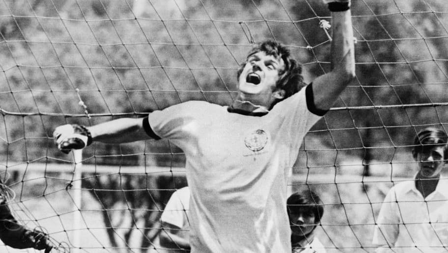 LEON, MEXICO - JUNE 6:  West German midfielder Wolfgang Overath playfully tries his hand as a goalkeeper as regular starter Sepp Maier (L) looks on during practice of the West German soccer team 06 June 1970 in Leon before its World Cup match against Peru scheduled 10 June in Leon. AFP PHOTO  (Photo credit should read STAFF/AFP/Getty Images)