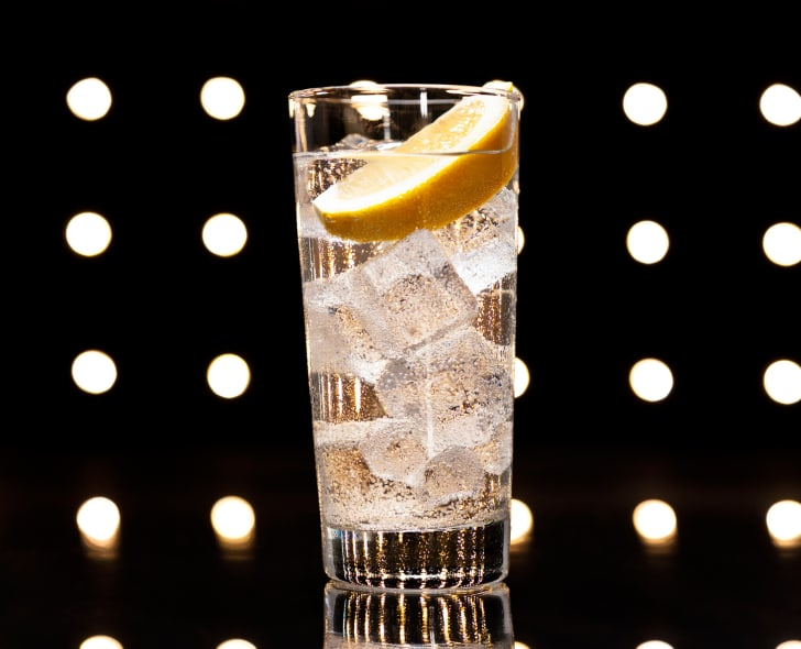 A Tom Collins with lemon wedge