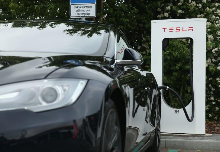 Tesla şarj istasyonu