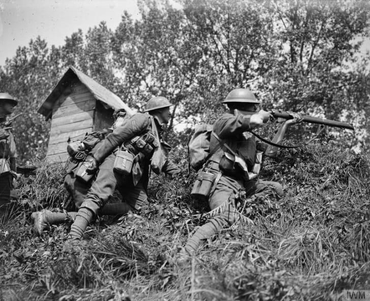 British troops with rifle, World War I