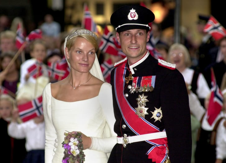 Norwegian Crown Prince Haakon and Mette-Marit Tjessem Hoiby leave the Oslo Cathedral August 25, 2001 after their wedding.