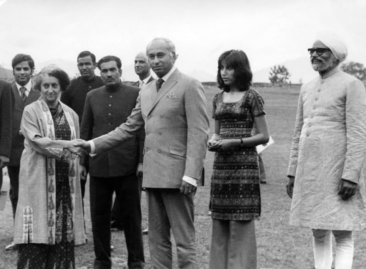 Pakistani President Zulfikar Alî Bhutto, whose daughter Benazir Bhutto is standing next to him, shakes hands with India's Prime Minister Indira Gandhi in June 1972.