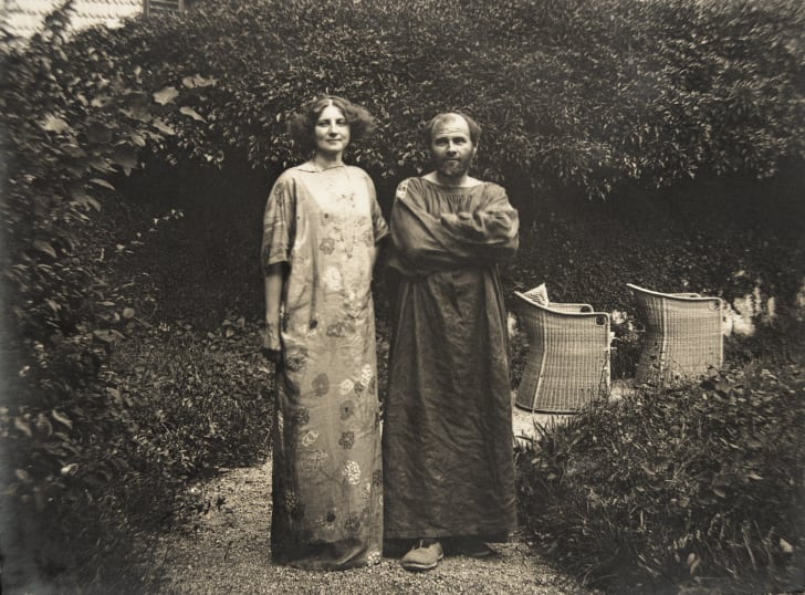 Gustav Klimt and Emilie Floege in a dress with floral pattern in the garden of the Oleander villa in Kammer at the Attersee lake.