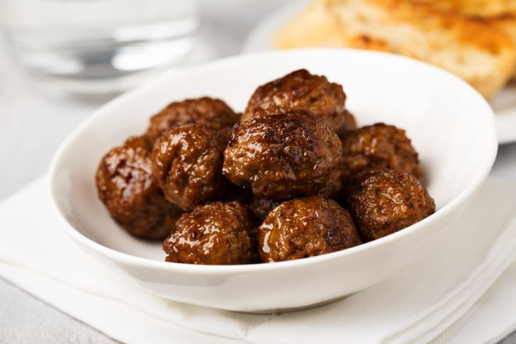 A bowl of meatballs