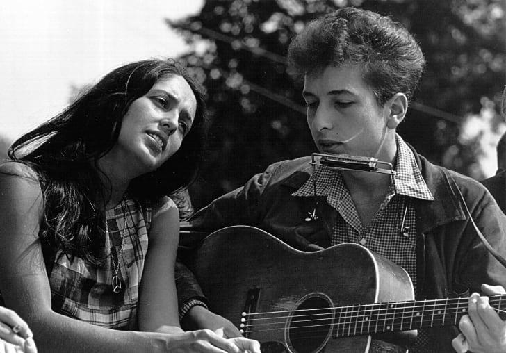 Folk singers Joan Baez and Bob Dylan perform during a civil rights rally on August 28, 1963 in Washington D.C