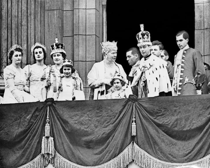 The Queen Elizabeth (3rd-L, future Queen Mother), her daughter Princess Elizabeth (4th-L, future Queen Elizabeth II), Queen Mary (C) , Princess Margaret (5th-L) and the King George VI (R), pose at the balcony of the Buckingham Palace in December 1945.