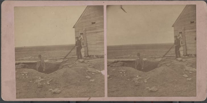 1873 stereographic photo of the excavated grave of a victim of the Bender murders