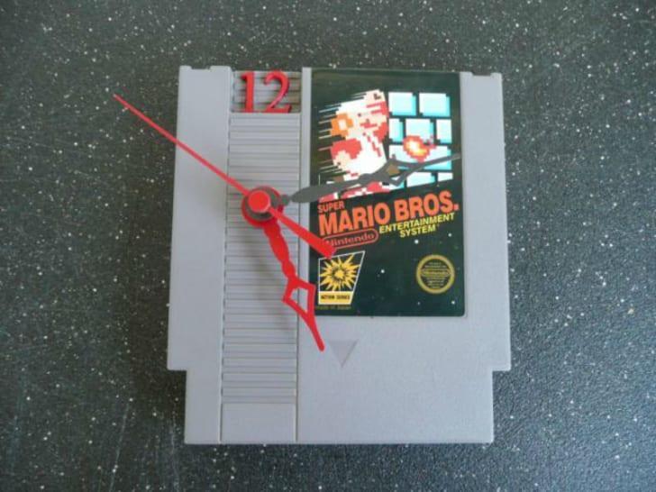 A Nintendo game cartridge has been modified into a clock