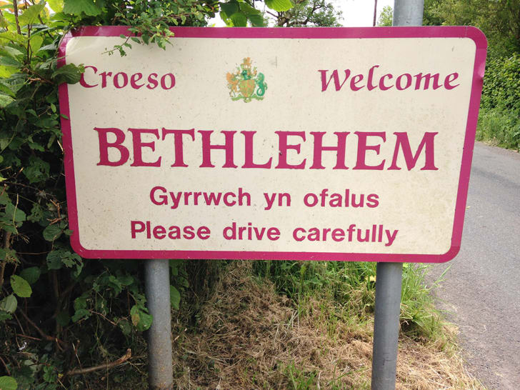A sign welcomes visitors to Bethlehem, Wales in both English and Welsh.