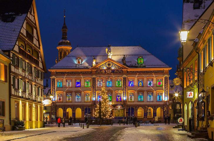 Gengenbach's city hall lit up for Christmas