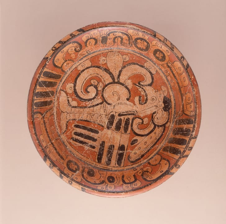 A Maya tripod plate featuring a bird