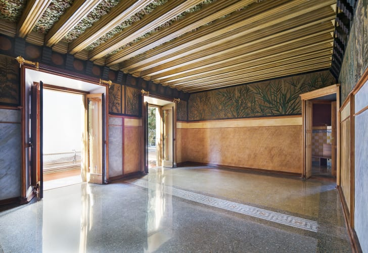 An empty room in the interior of Casa Vicens