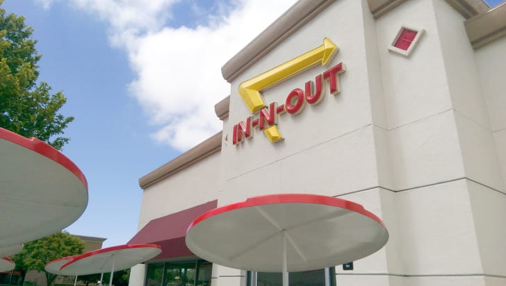 The front exterior of an In-N-Out restaurant